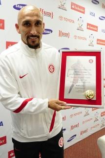 Já em 2012, Guiñazu recebe placa depois de completar seu jogo de número 250